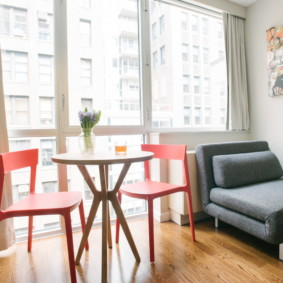 Раскладной диван-кресло перед большим окном