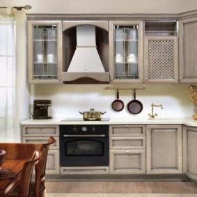 Светлая кухня в стиле классика от зарубежного производителя