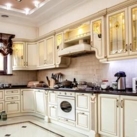Кухонный гарнитур с черной столешницей