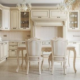 Классические стулья в просторной кухне