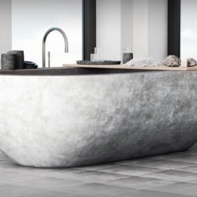 Деревянная полочка на каменной ванне