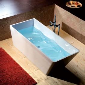 Чистая вода внутри каменной ванны