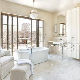 Кресло в ванной комнате частного дома