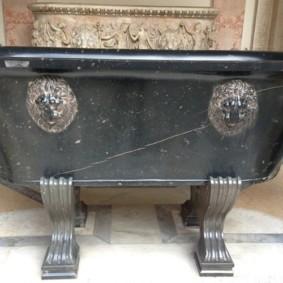 Каменная ванна на чугунных ножках