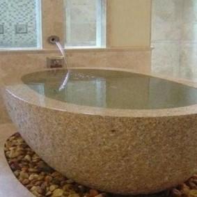Овальная чаша каменной ванны
