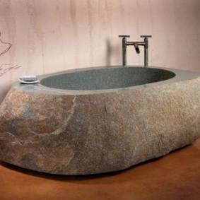 Массивная чаша ванны из гранита