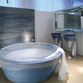 Круглая ванна с толстыми стенками