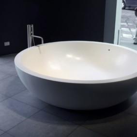 Белая ванна круглой формы