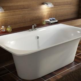 Настенные светильники над белой ванной