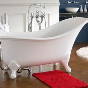 Красный коврик перед ванной