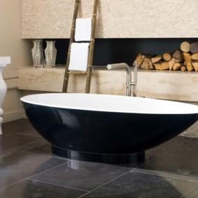 Черно-белая ванна из искусственного камня
