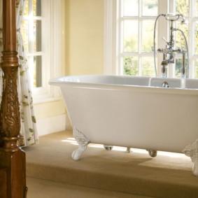 Белая ванна в спальне супругов