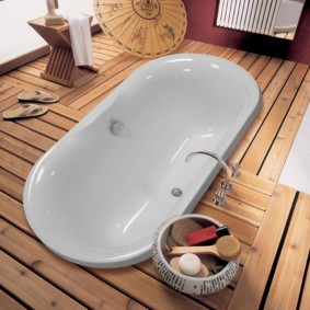 Акриловая ванна на деревянном пьедестале