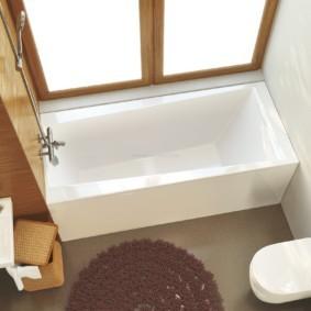Прямоугольная ванна из белого мрамора