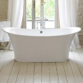 Овальная ванна на дощатом полу