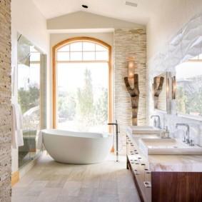 Декоративные ниши в стене ванной