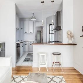 Барная стойка в роли разделителя кухни и гостиной