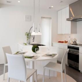 Круглый стол в кухне современного стиля