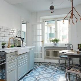 Керамический пол кухни в городской квартире