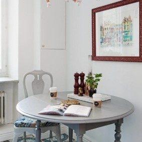 Круглый стол с фигурными ножками