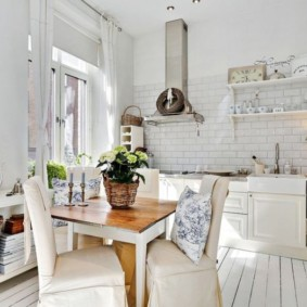 Деревянный столик в кухне среднего размера