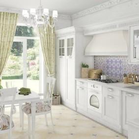 Занавески пастельного цвета на окне кухни
