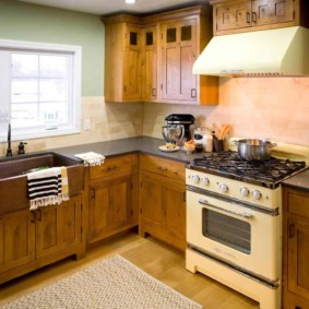 Деревянная мебель в кухне частного дома