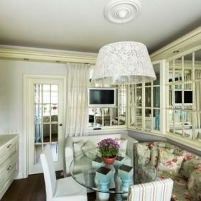 Зеркала в интерьере кухни частного дома