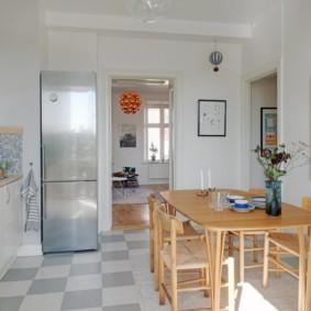 Обеденная группа в кухне с белыми стенами