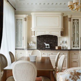 Каминная вытяжка в классической кухне