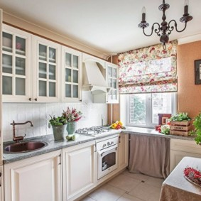 Римская штора на окне кухни