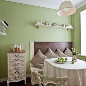 Салатовые стены кухни в сельском доме