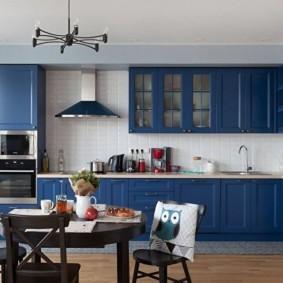 Синий гарнитур в просторной кухне