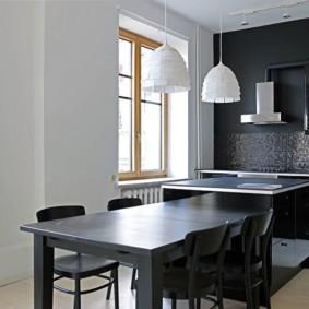 Темный стол в кухне без штор на окнах