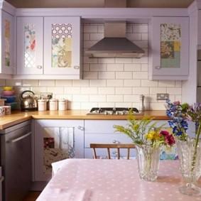 Керамический фартук в кухне городской квартиры