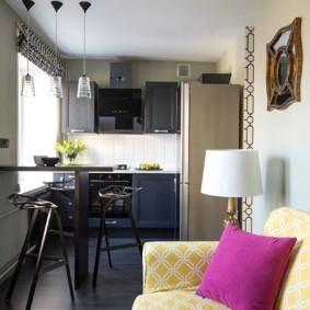 Розовая подушка на кухонном диване