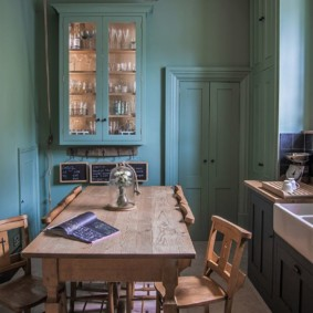 Деревянный стол в кухне с бирюзовыми стенами