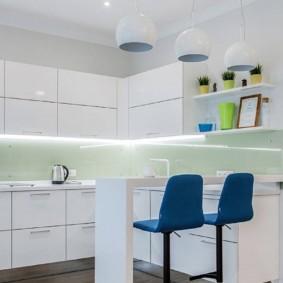 Синие стулья в белой кухне