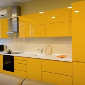 Желтая кухня без ручек на дверках