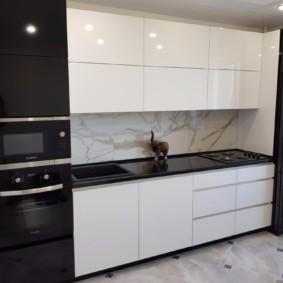 Черно-белая кухня с гладкими фасадами