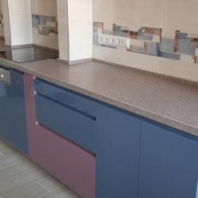 Голубые дверцы кухонной мебели