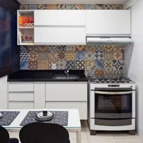 Отделка кухни керамической плиткой пэчворк