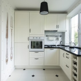 Кухня с угловым гарнитуром белого цвета