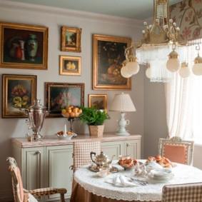 Картины в позолоченных рамках на кухне городской квартиры