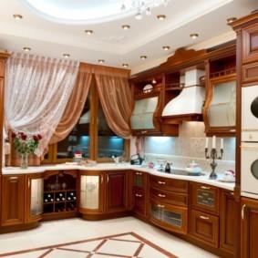 Коричневые шторы на окне кухни