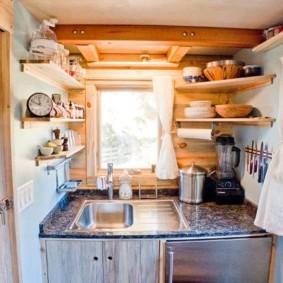 Компактная кухня в дачном домике