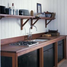 Деревянная кухня без навесных шкафов