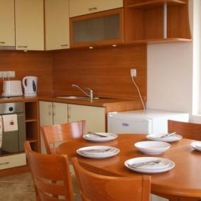 Белые тарелки на обеденном столе