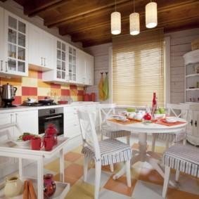 Белая мебель в деревенской кухне