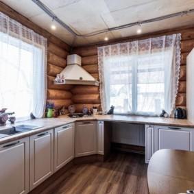 Прозрачные занавески на кухонных окнах